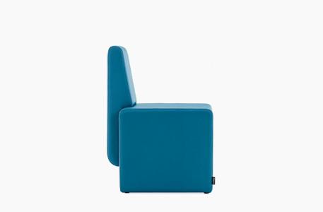 fauteuil bleu entièrement en similicuir