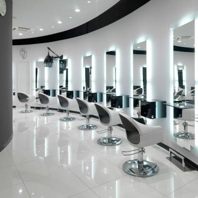 salon de coiffure design et lumineux avec sièges Devil