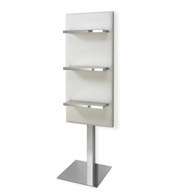 présentoir structure en métal avec pied carré, étagères en inox sur panneau recouvert de similicuir blanc