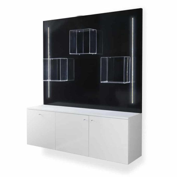 meuble de vente avec structure en laminé blanc, trois portes, un panneau mural noir laqué, 3 étagères cube, éclairages led