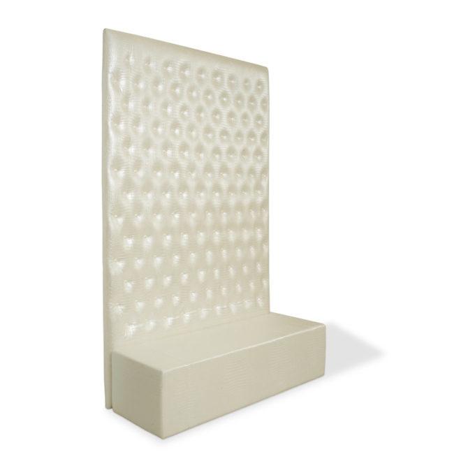 Banquette d'attente blanche avec grand panneau matelassé couleur blanc nacré