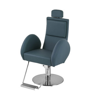 fauteuil de barbier bleu avec accoudoirs arrondis repose pieds et base en métal brillant