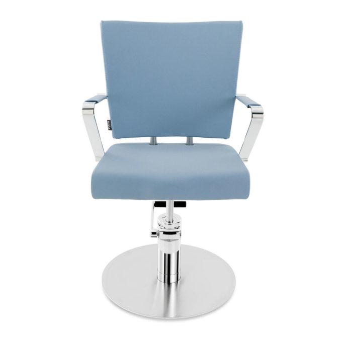 siège de coiffeur bleu pastel avec accoudoirs et pied rond en acier brillant