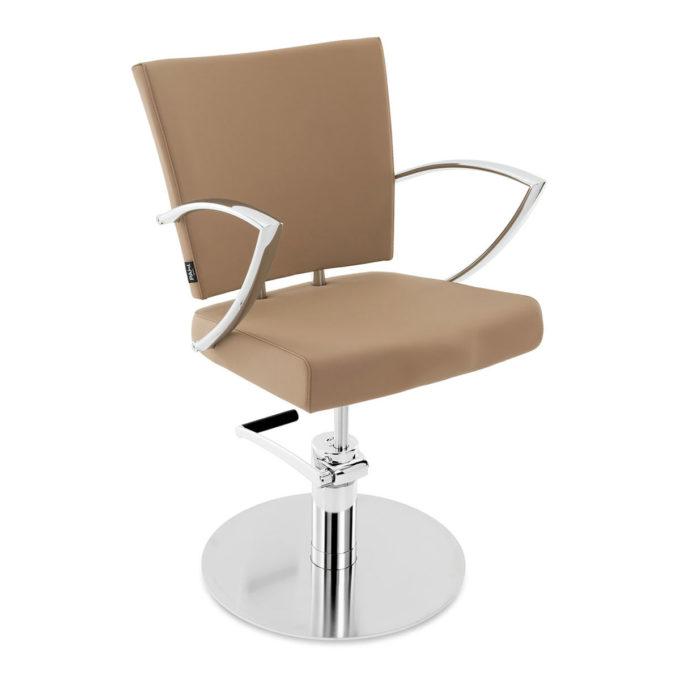 chaise de coiffure avec grand dossier et assise rembourrés et en skai couleur camel, accoudoirs et pied rond en métal brillant