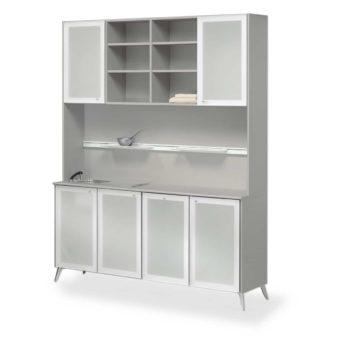 Laboratoire avec 4 placards de rangement porte en plexiglas et deux placars en hauteur ainsi que des étagères, évier intégré