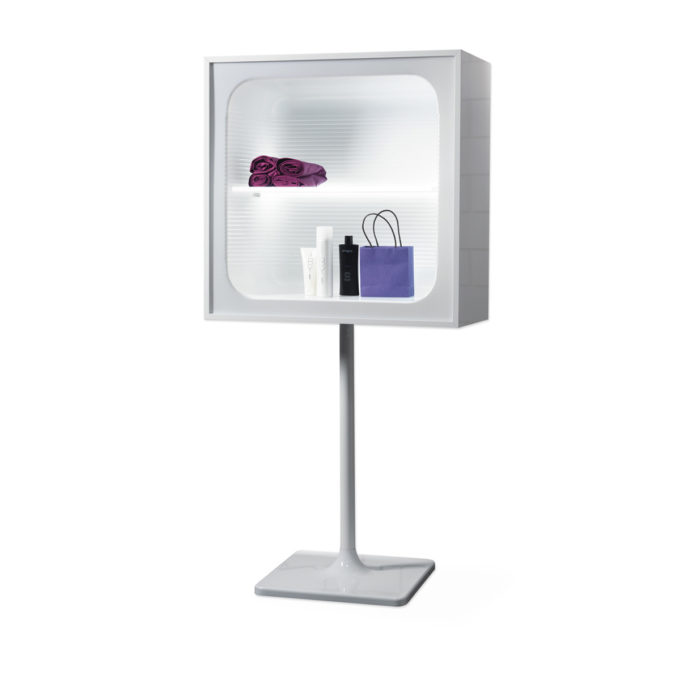 Présentoir sur pied en métal avec une étagère dans une vitrine éclairée