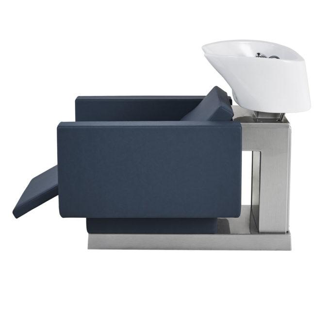 bac à shampoing structure argenté brillant avec évier blanc et siège rectangulaire bleu avec repose jambes