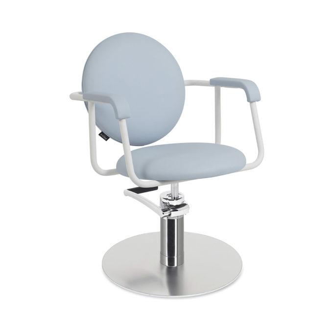 chaise de coiffure bleu clair avec dossier rond et structure en métal blanc et pied rond chromé