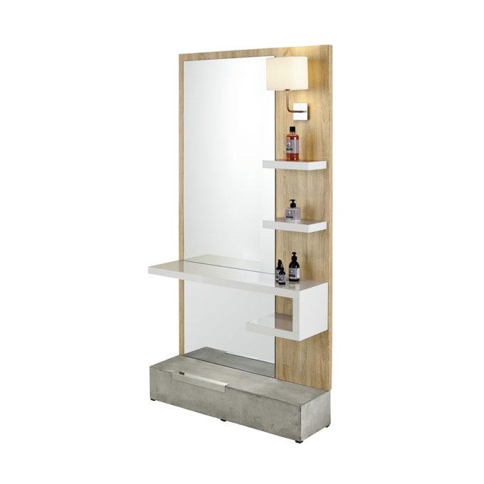 Grand miroir de coiffeur sur panneau en stratifié effet bois naturel, posé sur un socle en béton brut, étagères et lampe intégrées