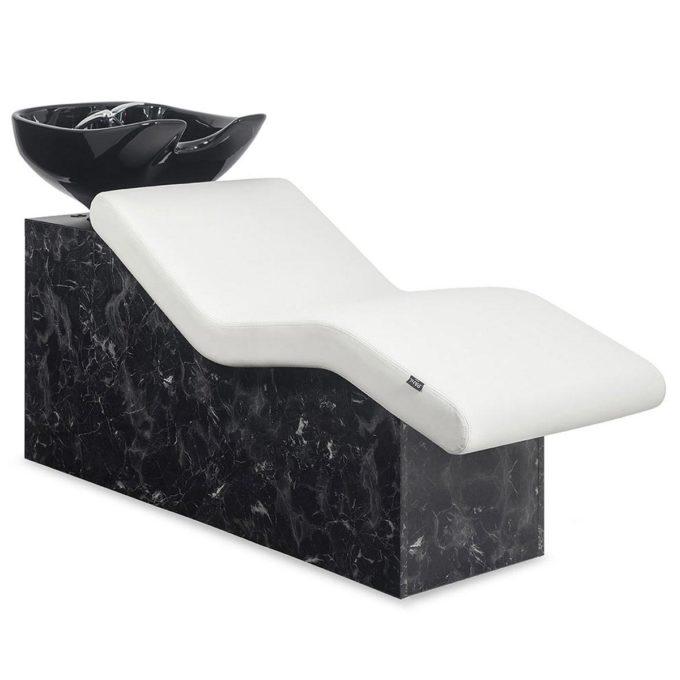 Bac de lavage effet marbre noir avec évier noir et fauteuil allongé blanc