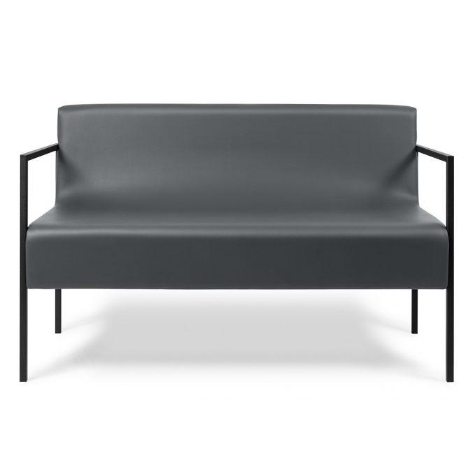 fauteuil d'attente large deux places avec tructure en métal noir et assise en mousse et similicuir.