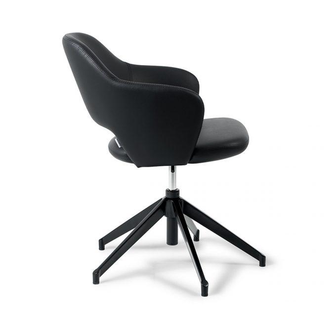 fauteuil original avec grands pieds hauts noir et assise généreuse en skaï noir